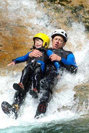 homme et enfant dans un canyon
