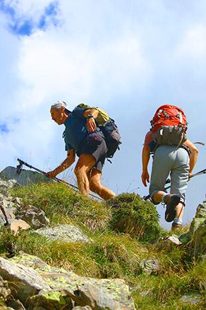 2 personnes font de la randonnée en montagne